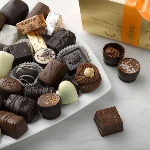 Rasfat-o cu o cutie de bomboane - https://www.ciocolatabelgiana.ro/